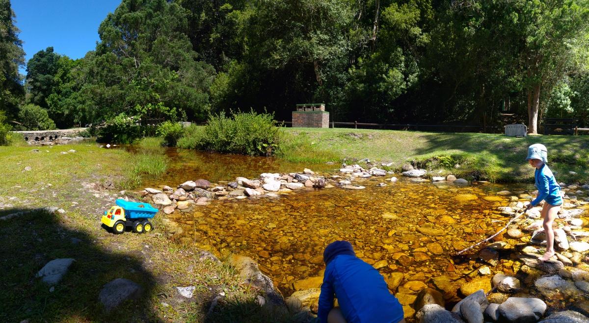 Reise nach Südafrika mit Kindern - nach einer Wanderung baden die Kinder im Bach