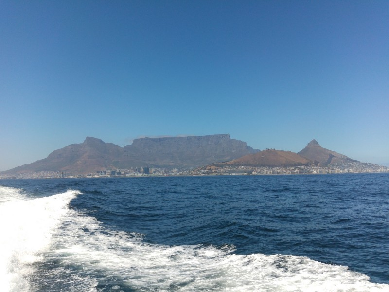 Suedafrika-Kapstadt-Robben-Island-Tafelberg-vom-Boot