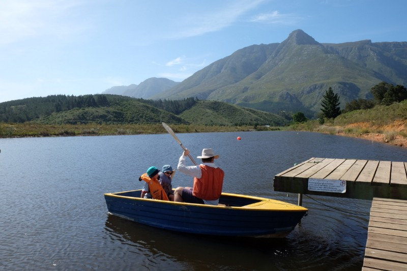 Suedafrika-Swellendam-The-Berry-Guest-Farm-See-Ruderboot