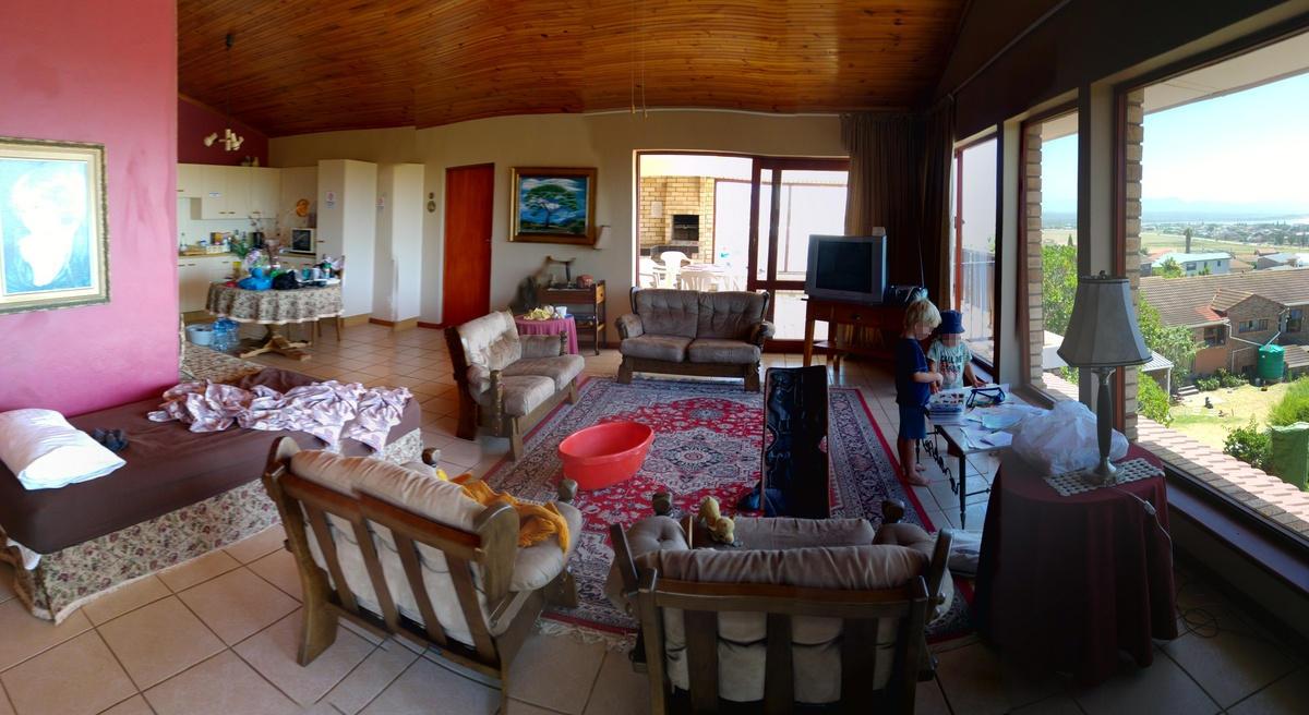 Elternzeit Reisen mit Baby - in einem so großen Wohnzimmer ist genug Platz für aktive Babys oder Kleinkinder