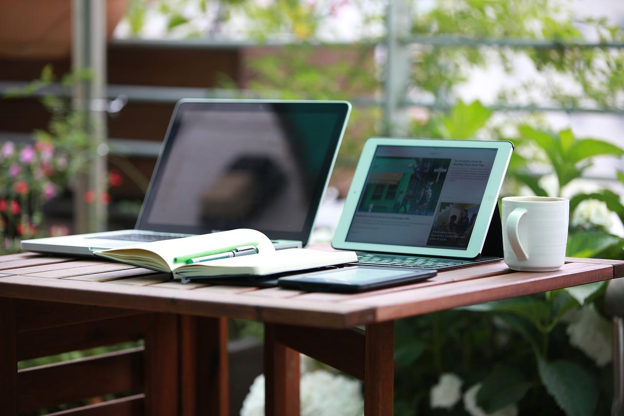 Ideen zum Geld verdienen während der Elternzeit - als Freelancer Jobs annehmen