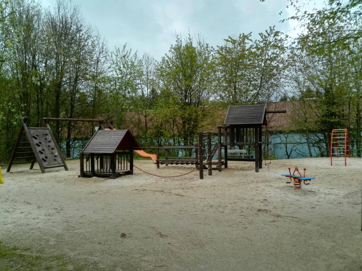 Saubere und abwechslungsreiche Spielplätze in den Center Parcs laden zum Spielen und Verweilen ein